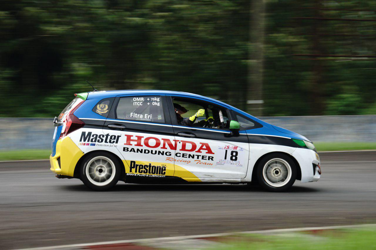 Modifikasi mobil balap Honda Jazz